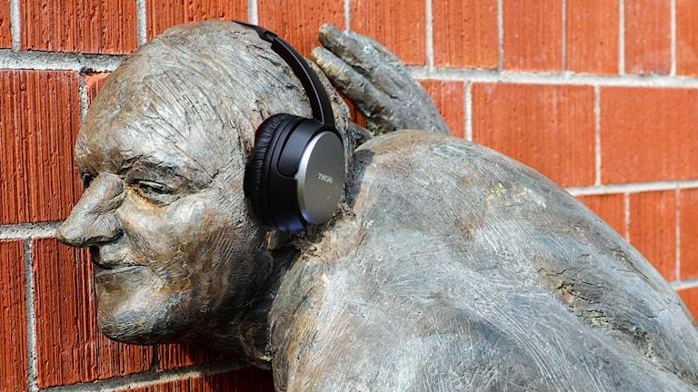Staty som lyssnar på ljudbok.