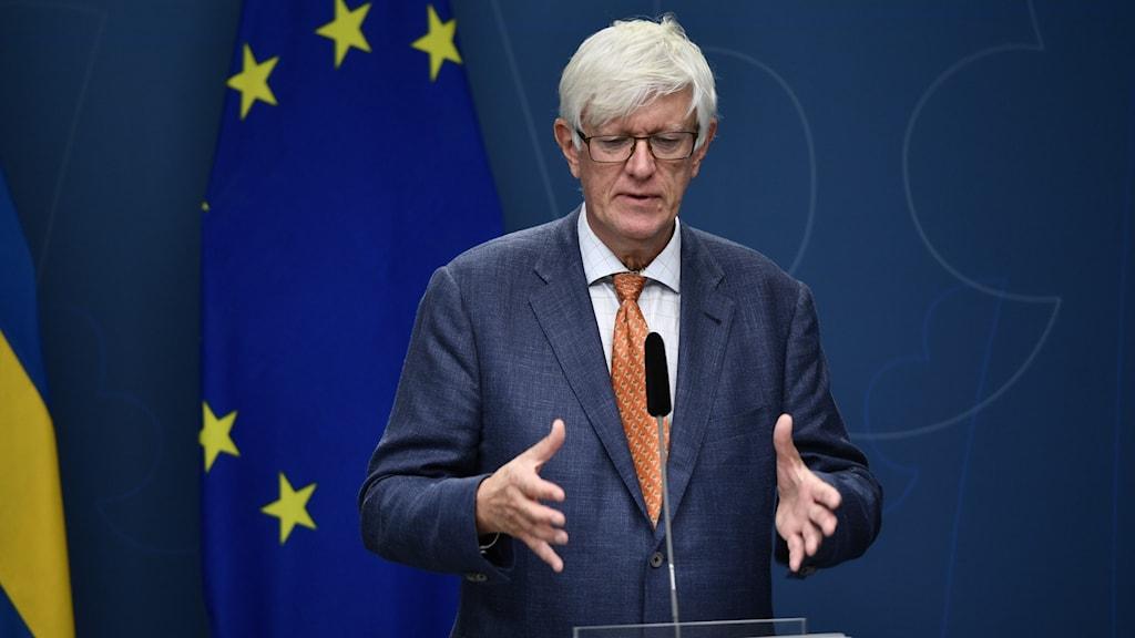 Folkhälsomyndighetens generaldirekt Johan Carlson gestikulerar under en presskonferens.