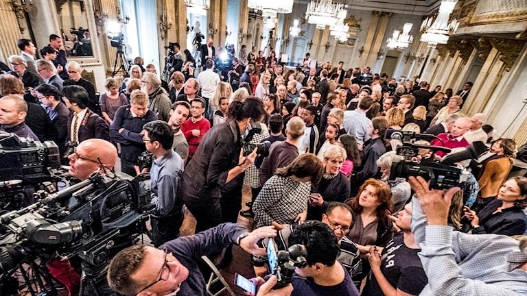 Dags att vända på kamerorna? Börhuset inför utannonseringen av Nobelpriset i litteratur 2016.