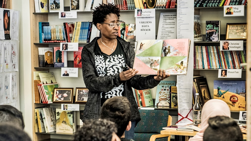 Jacqueline Woodson besöker en skola.