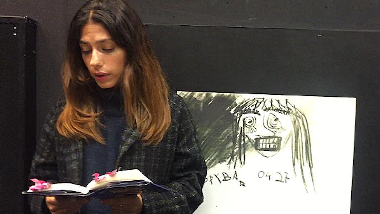 """Evin Ahmad läser ur sin bok """"En dag ska jag bygga ett slott av pengar""""."""