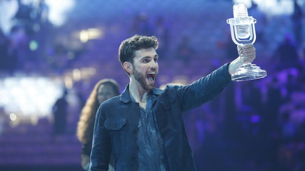 Duncan Laurence höjer bucklan efter att ha vunnit Eurovision 2019.