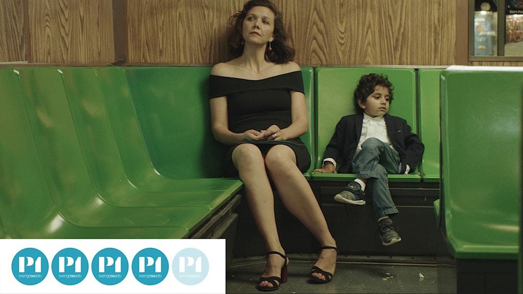 Maggie Gyllenhaal och Parker Sevak i The Kindergarten Teacher.