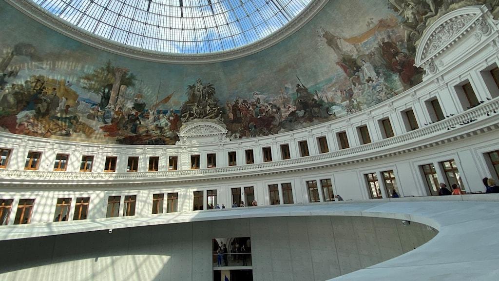 Fototaget mot takfönstret i konstmuseet La Bourse de Commerce i Paris
