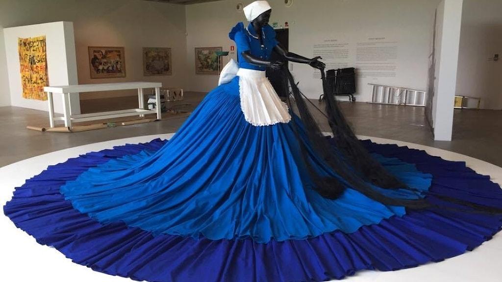 """Konstnären Mary Sibandes skulptur """"Sophie Velucia i konversation med Madame CJ Walker"""", på utställningen """"Djupt minne"""" på Kalmar konstmuseum."""