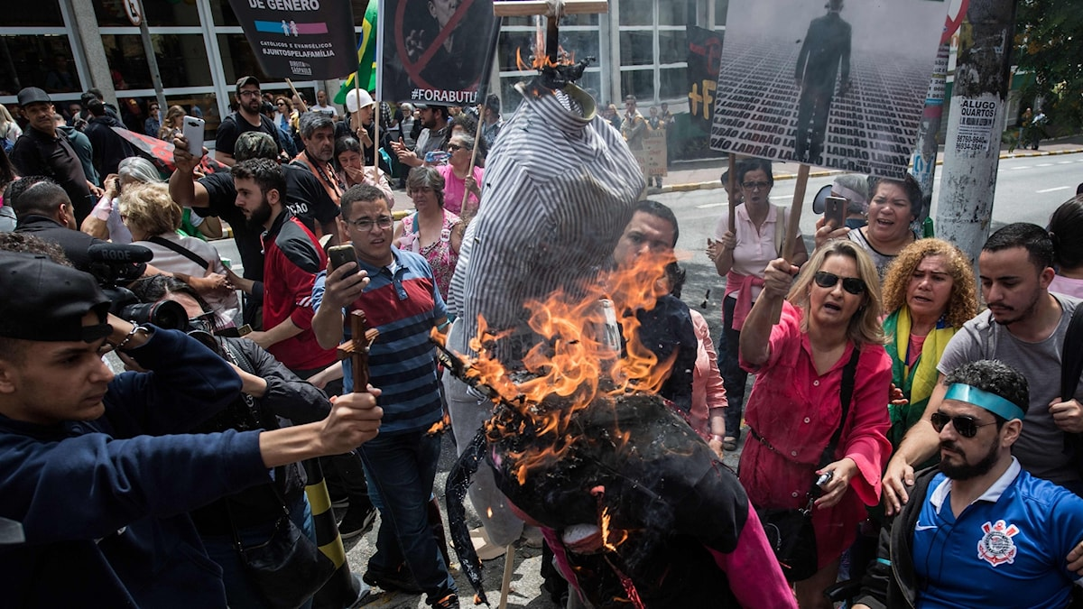Demonstranter i São Paulo bränner en docka föreställande filosofen Judith Butler.