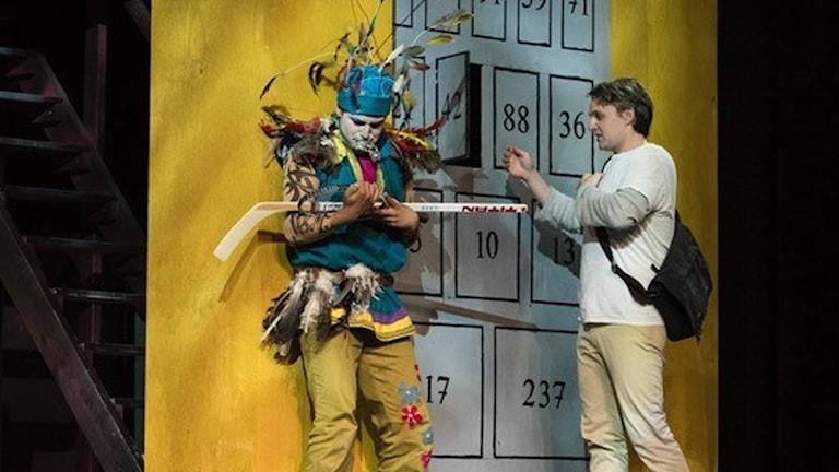 """Repetition pågår på Opera på skäret av 2019 års uppsättning, """"Trollflöjten"""". Till vänster Timothee Varon som Papageno och till höger Tobias Westman som Tamino till höger. Foto: Andreas Hylten."""