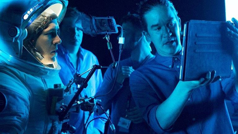 """Daniel Espinosa med Ryan Reynolds under inspelningen av """"Life""""."""