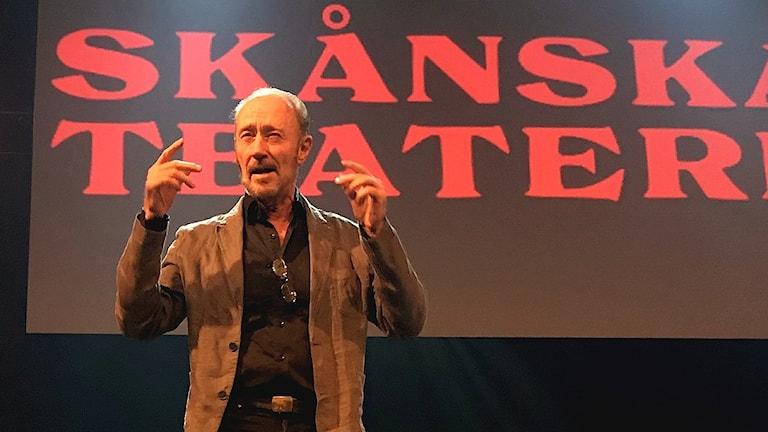 """Skådespelaren Anders Weick på Skånska Teaterns minnesföreställning i anslutning til utställningen """"En teatersaga i tre delar""""."""