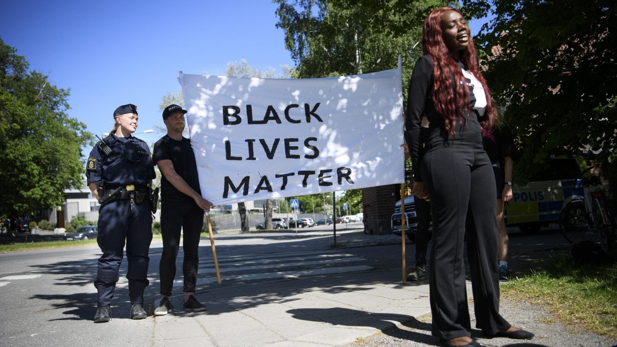 Aysha Jones (t.h) är en av arrangörerna bakom manifestationen för att visa solidaritet med protesterna i USA som senast aktualiserats genom mordet på George Floyd.