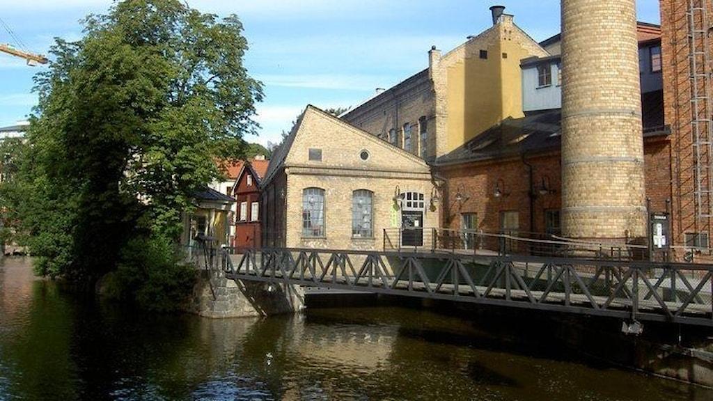 Norrköpings stadsmuseum, historisk bruksmiljö vid vatten med byggnader i tegel.