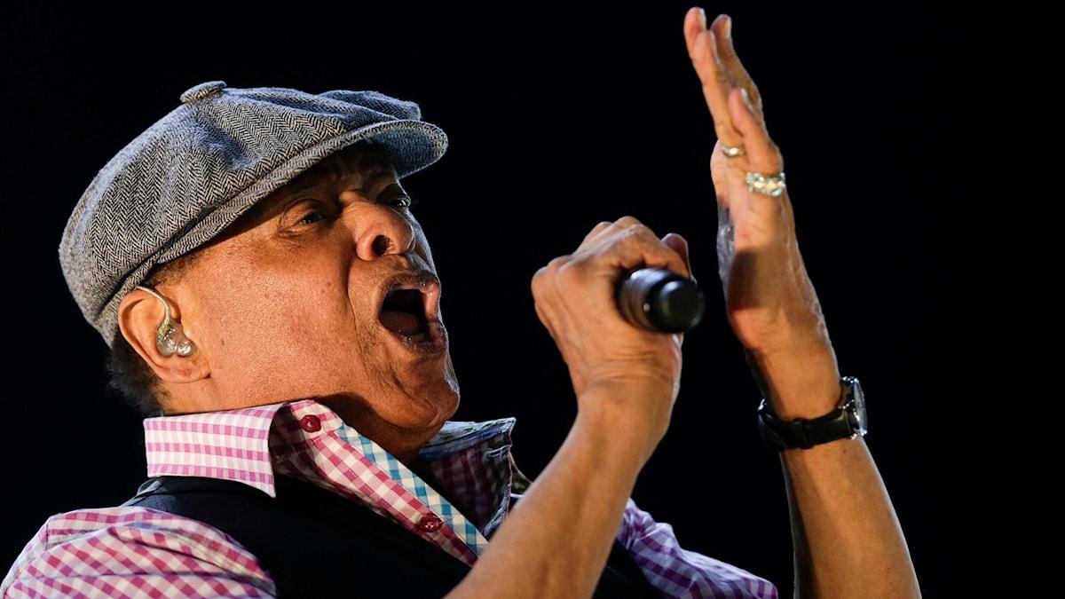 Porträtt på Al Jarreau som sjunger.