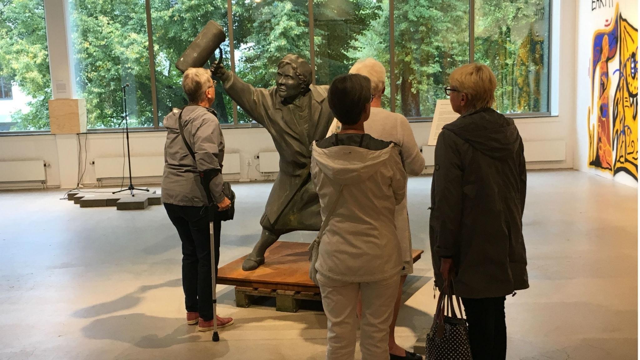 """Bilden är från Alingsås konsthall och föreställer statyn """"Med handväskan som vapen""""."""
