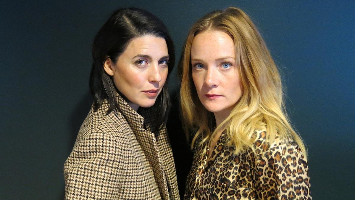 Ruth Vega Fernandez gör Lilu och Maja Rung gör Lila i Stadsteaterns uppsättning av Neapelkvartetten. Foto: Björn Jansson/Sveriges Radio.