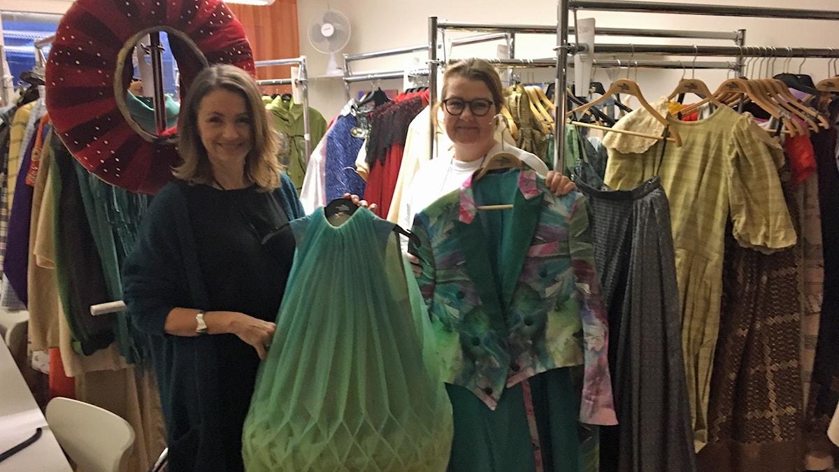 Maria Öhgren Hedberg och Anna Eliasson i kostymförrådet. Foto: Filippa Armstrong, Sveriges Radio.