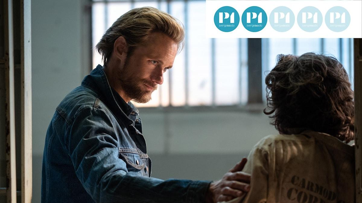Alexander Skarsgård är den denimbeklädde ondskefulle Randall Flagg i tv-serien The Stand.