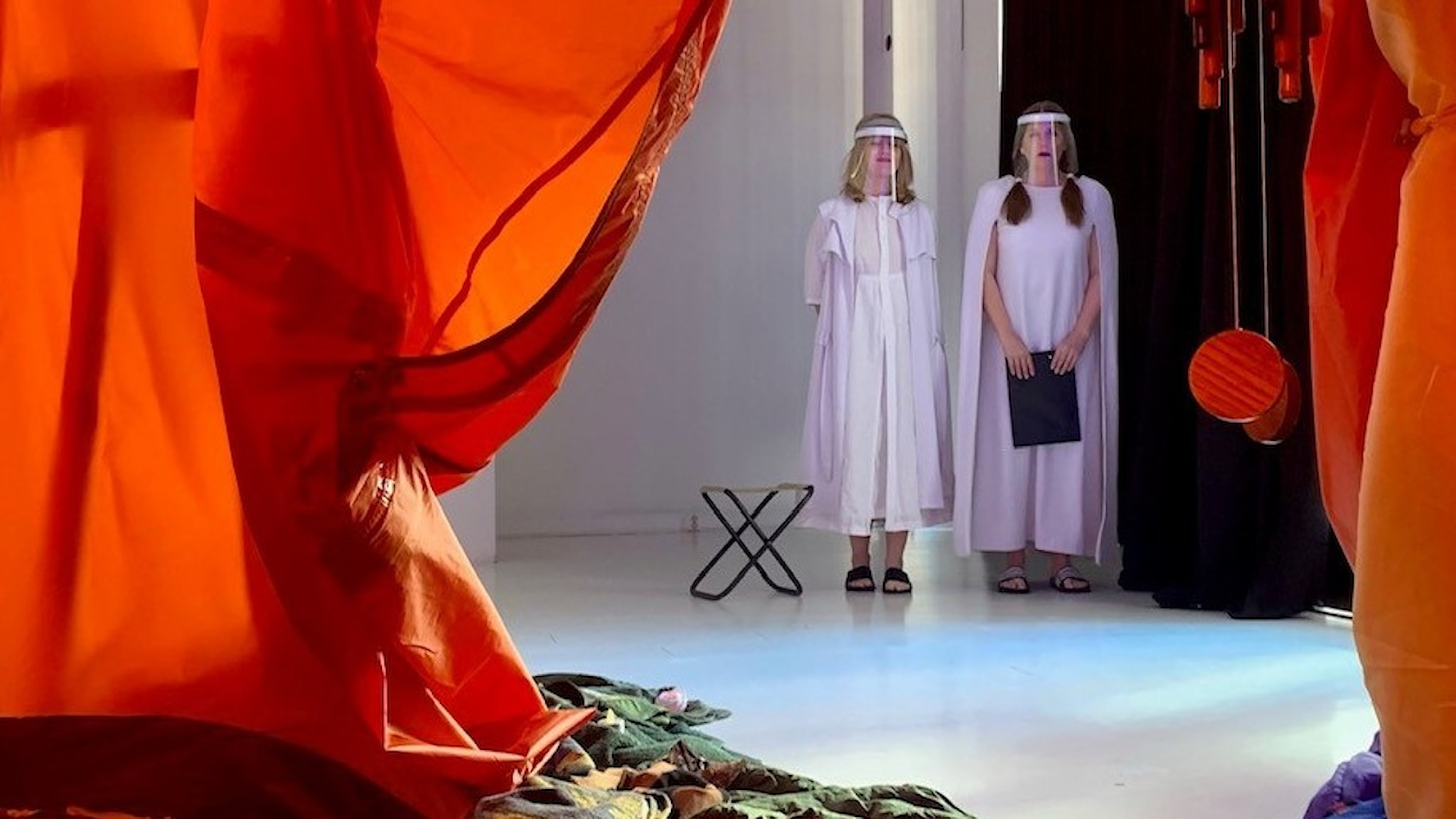 Joanna Wingren och Sonja Ahlfors Joanna Wingren bildar tillsammans  teatergruppen Blaue Frau. Här syns de i ett tält från sin föreställning klädda i coronaskyddande visir.