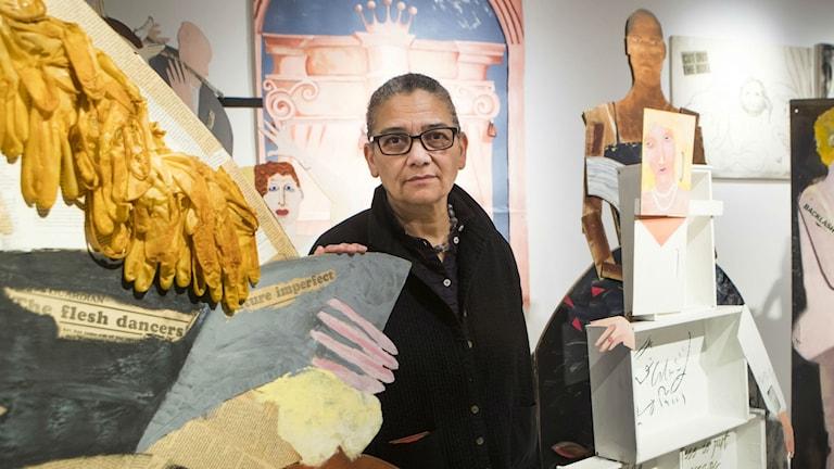 2017 års Turnerprisvinnare Lubaina Himid framför ett av sina verk på   Ferens Art Gallery in Hull. Foto: Danny Lawson/TT