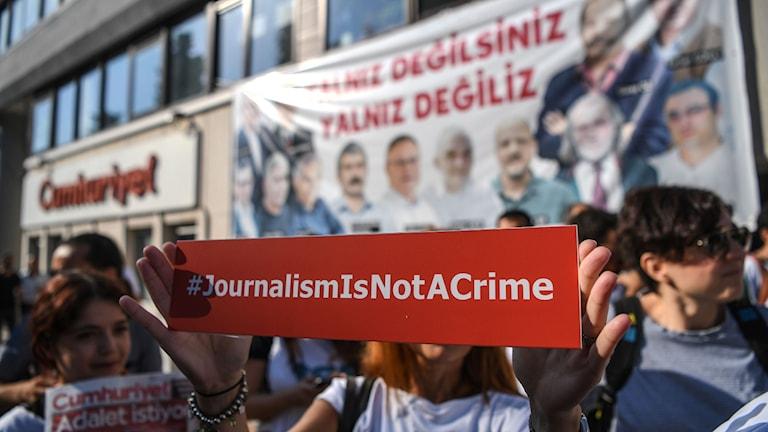 Demonstranter visade sitt stöd för de åtalade Cumhuriyet-journalister i Istanbul.