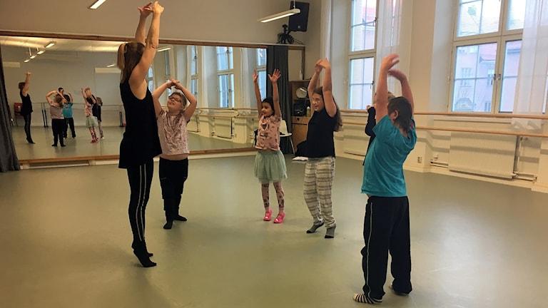 Kristine Westman Elorza instruerar barnen under danslektionen.