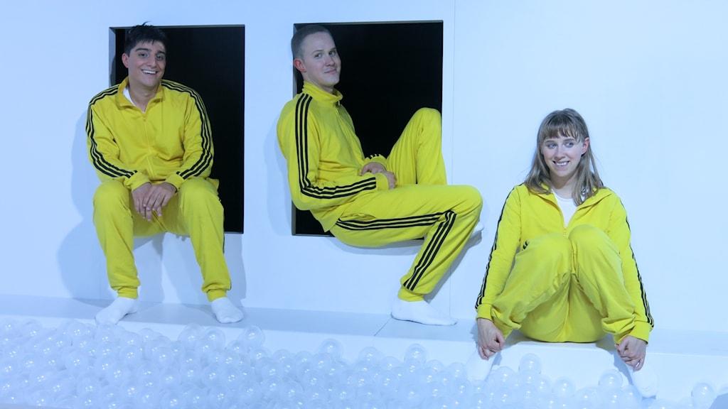 """Dejmis Rustom Bustos, Daniel Nyström och Ester Claesson  i """"Biet i huvet"""". Foto: Björn Jansson/Sveriges Radio."""