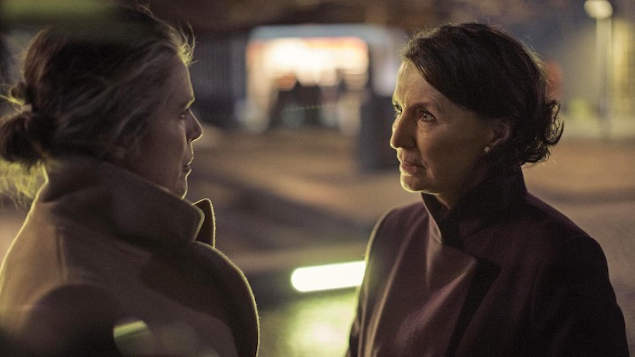 Stinna (Charlotte Andersen) och Elisabeth (Karen Lise Mynster). Kvällsbild ur TV-serien When the dusk settles