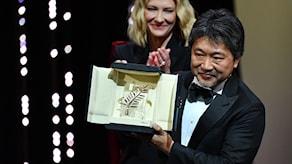 Hirokazu Kore-Eda tar emot Guldpalmen i Cannes.
