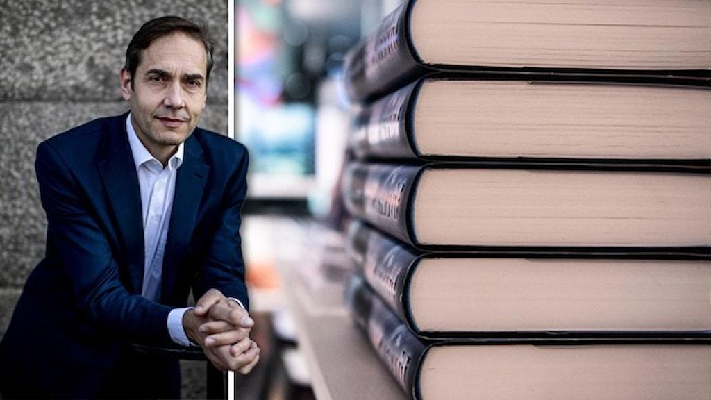 Svenska akademiens ständige sekreterare Mats Malm lutar sig över ett räcke. Infällt är en trave med böcker.