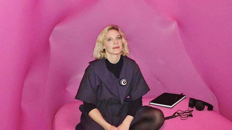 """Nina Bozic Yams är curator för utställningen """"6 faces of innovation"""". Här sitter hon i sin konstinstallation """"vulnerability womb"""" som ska föreställa en mammas livmoder."""