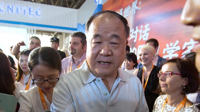 Den kinesiske författaren Mo Yan på en bokmässa.