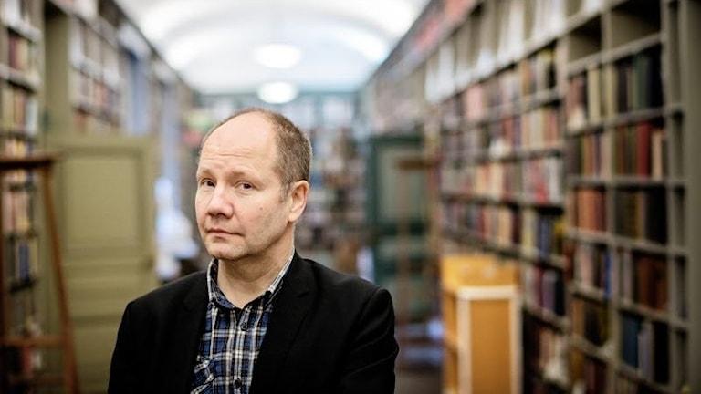 Författaren Peter Englund bland bokhyllor