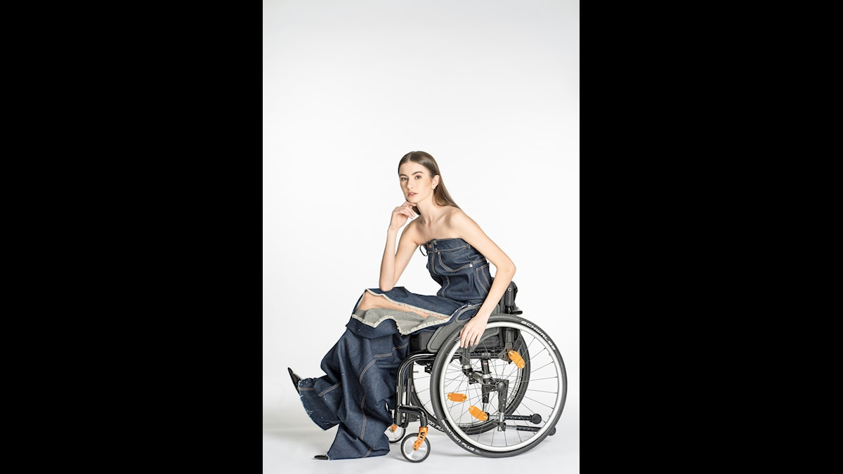 Kvinna i rullstol visar jeans ur Louise Linderoths kollektion Have a seat. Foto: Jan Berg