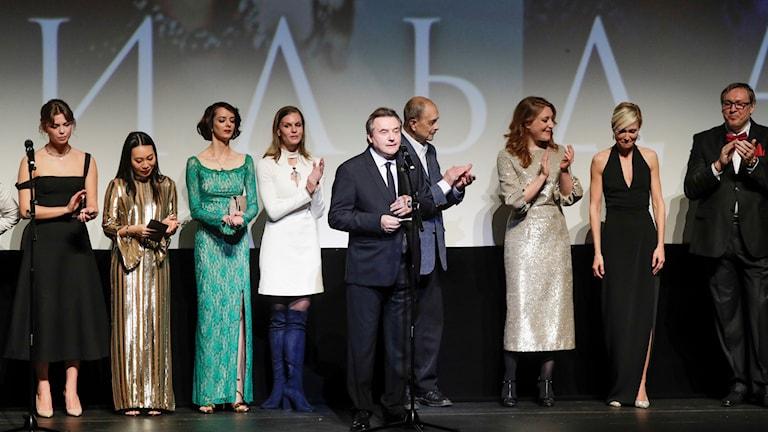 """Regissören Alexej Utjitel i mitten av scenen på Mariinskijteatern i Moskva tidigare i veckan vid en av premiärerna för """"Matilda"""". Foto: Dmitri Lovetsky/ TT"""