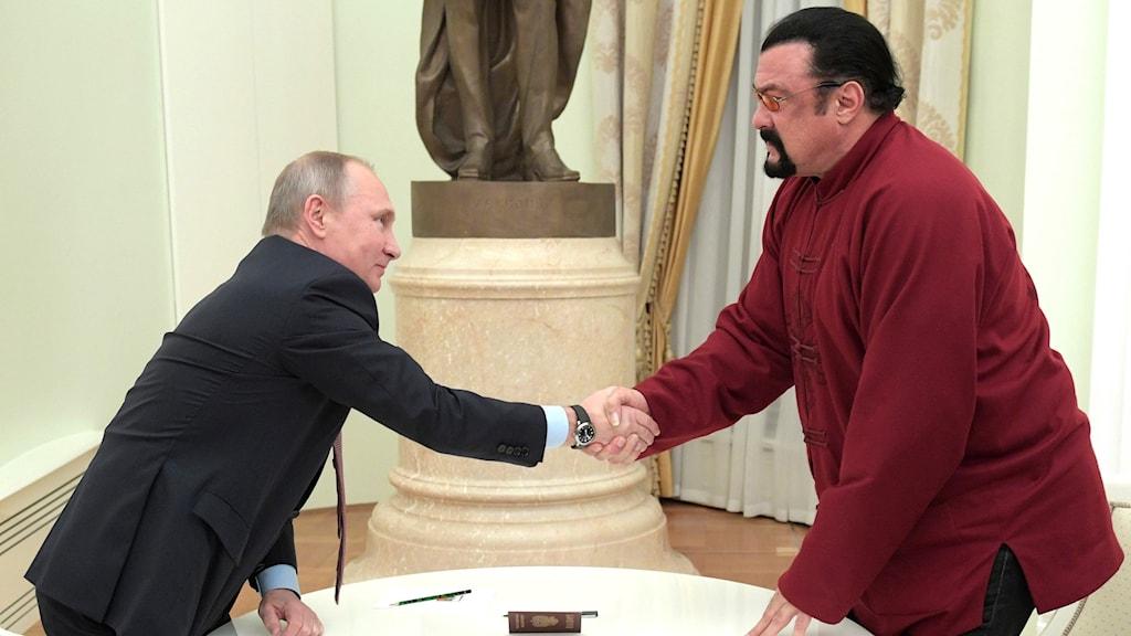 Steven Seagal får pass av Putin. Foto: Alexei Druzhinin/AP/TT