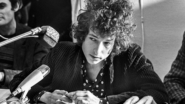 Bob Dylan vid en presskonferens i Solna 28:e april 1966, dagen innan Dylans spelning i Konserthuset i Stockholm.