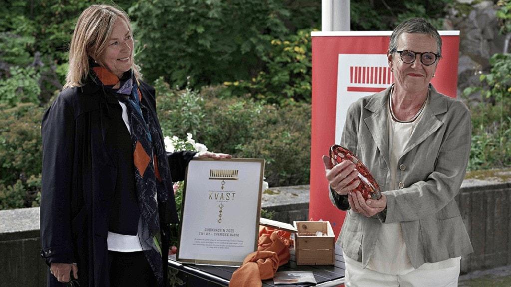 Kvast:s ordförande Astrid Pernille Hartman och P2:s kanalchef Elle-Kari Höjeberg vid en prisceremoni.