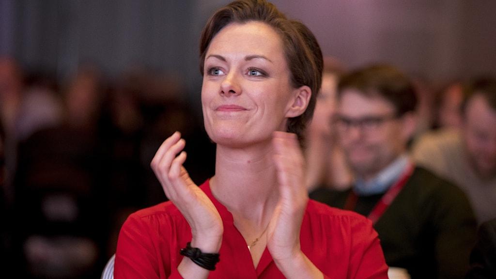 Anette Trettebergstuen i norska Arbeiderpartiet, klädd i röd tröja, applåderar.