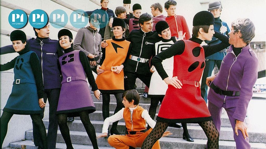 Kortklippta modeller, både män och kvinnor, klädda i korta klänningar i orange, rött och lila.