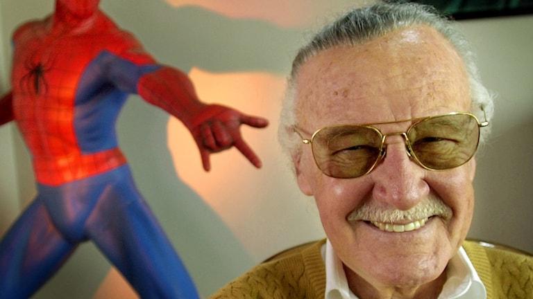 Stan Lee med Spindelmannen i bakgrunden.