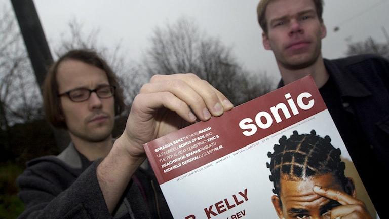 Pierre Hellqvist och Håkan Steen med det första numret av Sonic.