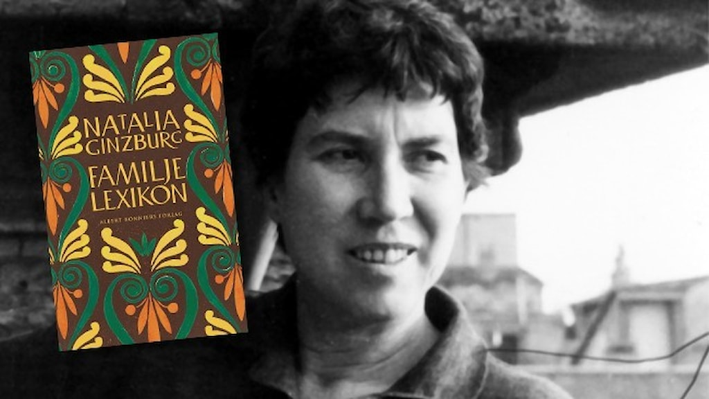 """Svartvitt foto av författaren Natalia Ginzburg och infällt i bilden är omslaget till nyutgåvan av hennes bok """"Familjelexikon""""."""