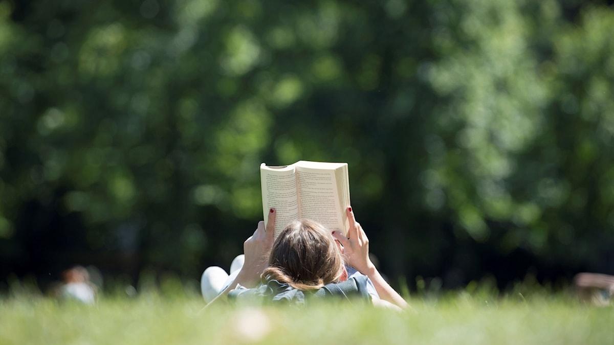 Att läsa böcker är populärt bland svenskarna.
