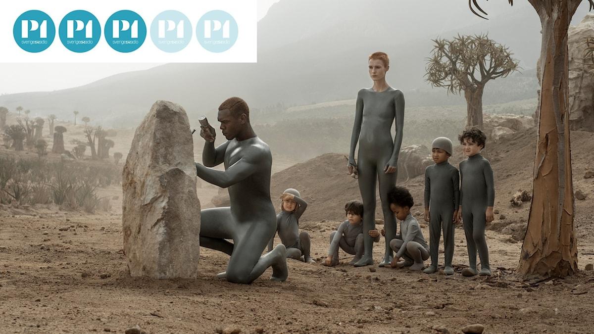 Raised By Wolves följer två androider som ska uppfostra människobarn på en främmande planet.
