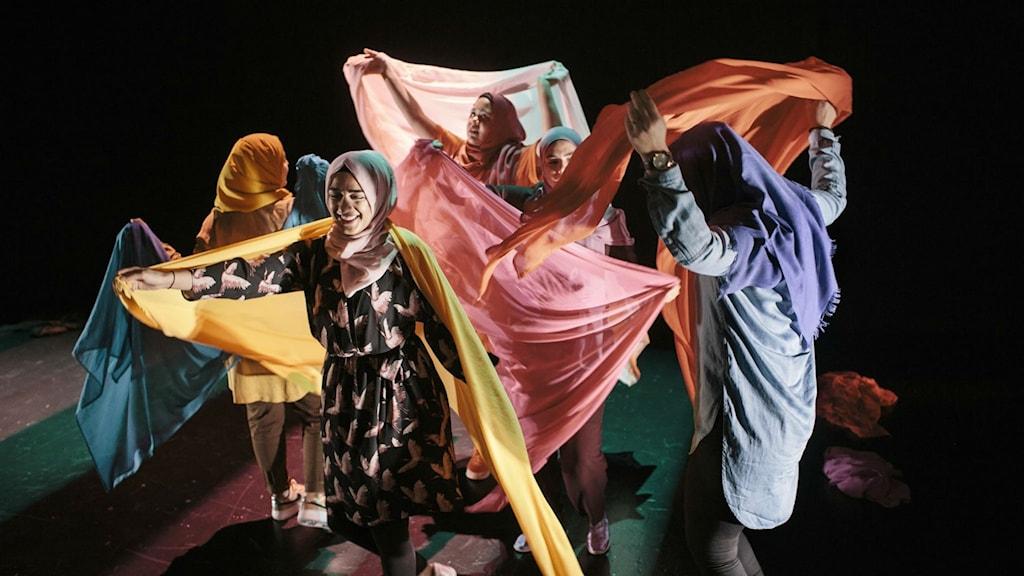 "Benin Al-Najjar, Ruhani Islam, Maryam Dinar, Sarah Ameziane och Shama Vafaipour medverkar i pjäsen ""Svenska hijabis""."