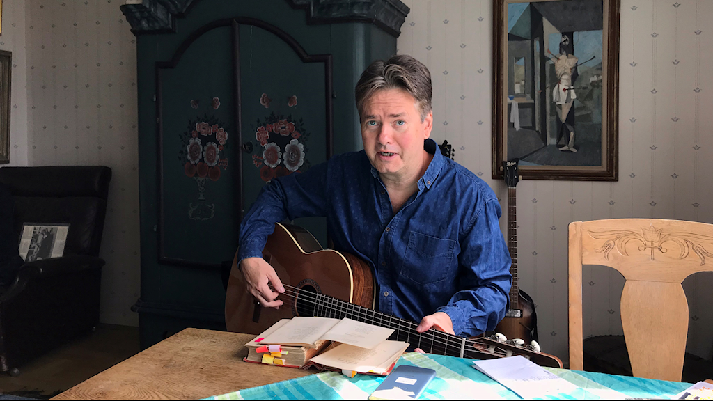Peter Collin hemma i Luleå med boken Fredmans testamente.