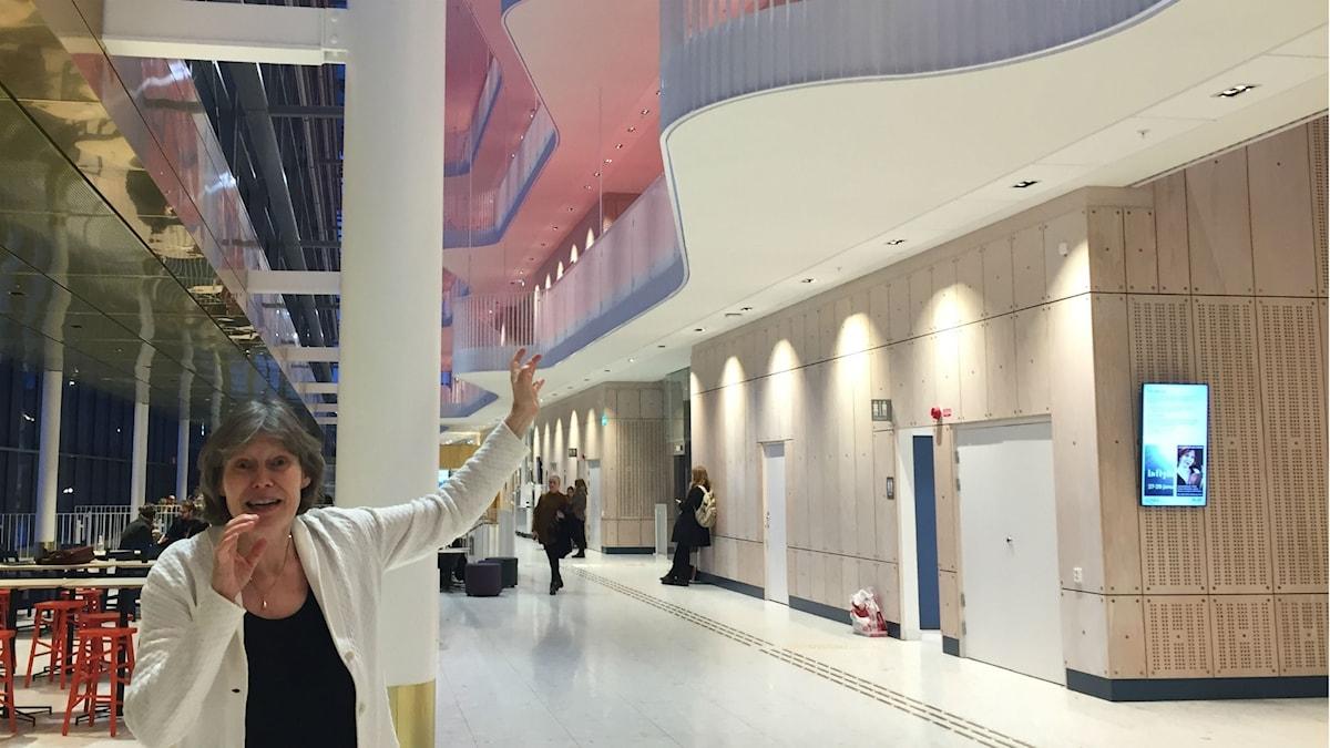 Karin Rehnqvist utnyttjar arkitekturen i sitt invigningsstycke.