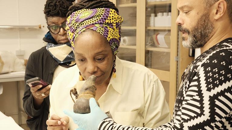 Delegationen från Zambia undersökte samlingarna på Etnografiska. Foto: Andrea Davis Kronlund.