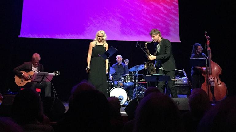Malena Erman på Stockholm jazz festival 2016. Mats Bergström, gitarr, Robert Ikiz, trummor, Magnus Lindgren, saxofon o Ruben Farias, bas.