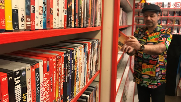 En hylla inne i en videobutik fylld med DVD-filmer.