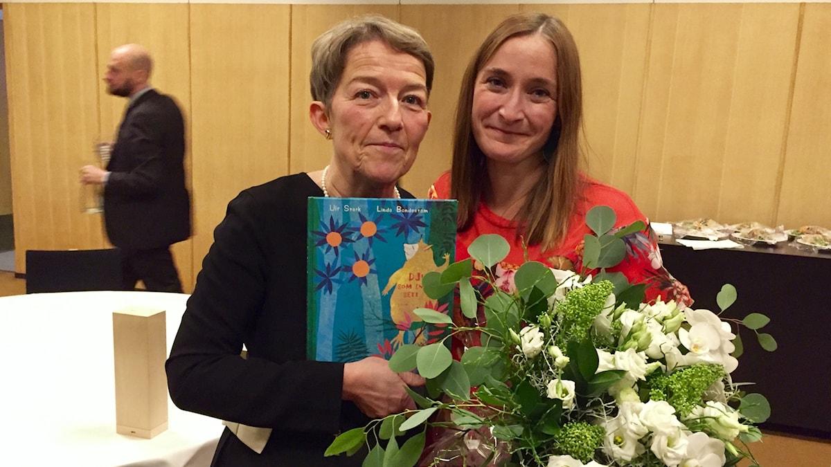 Ulf Stark skulle ha velat vara med, är hans änka Janina Orlov (t v) och illustratören Linda Bondestam eniga om. De tog emot Nordiska Rådets barn- och ungdomslitteraturpris för 2017.